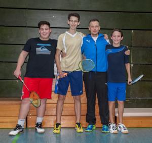 Die erfolgreichen Badminton-Nachwuchsspieler v. l. Florian Katholing, Sidney Fischer, Trainer und Abteilungsleiter Jörg Schnappauf und Fritz Kropf